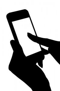 04_スマートフォンをタッチする手のシルエット