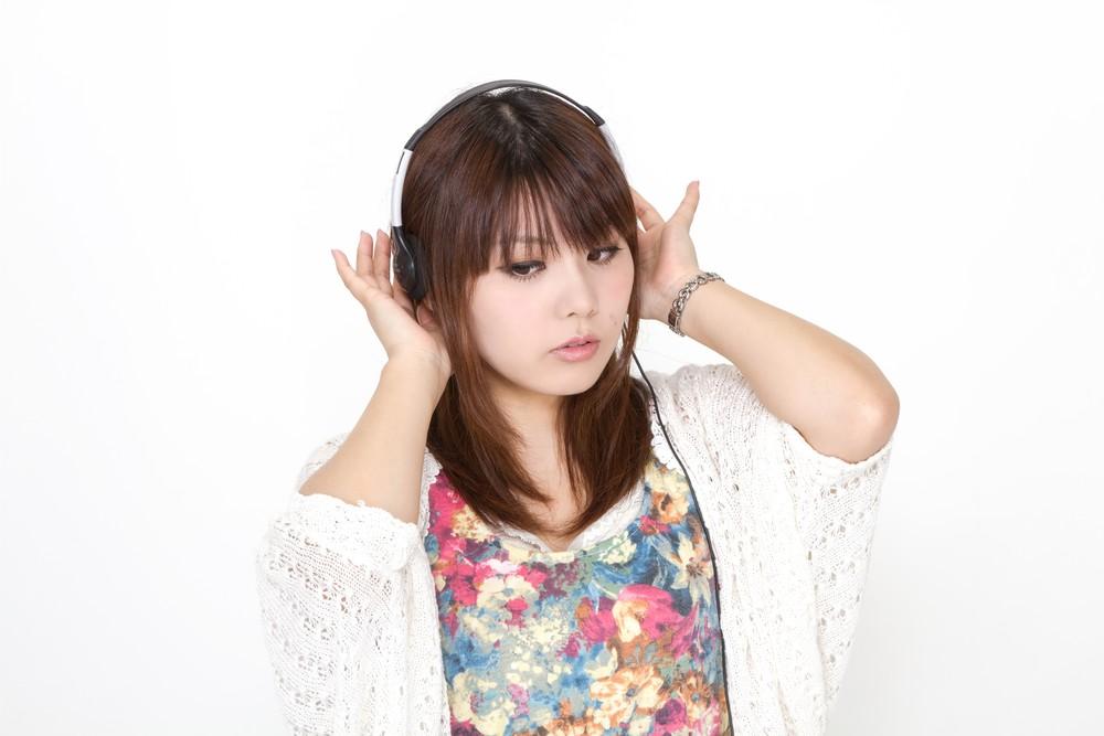 bsPAK56_headphonegirl