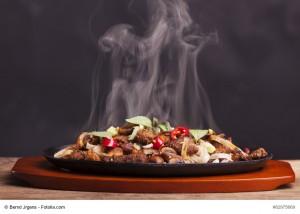 dampfendes Hähnchengericht mit Nudeln